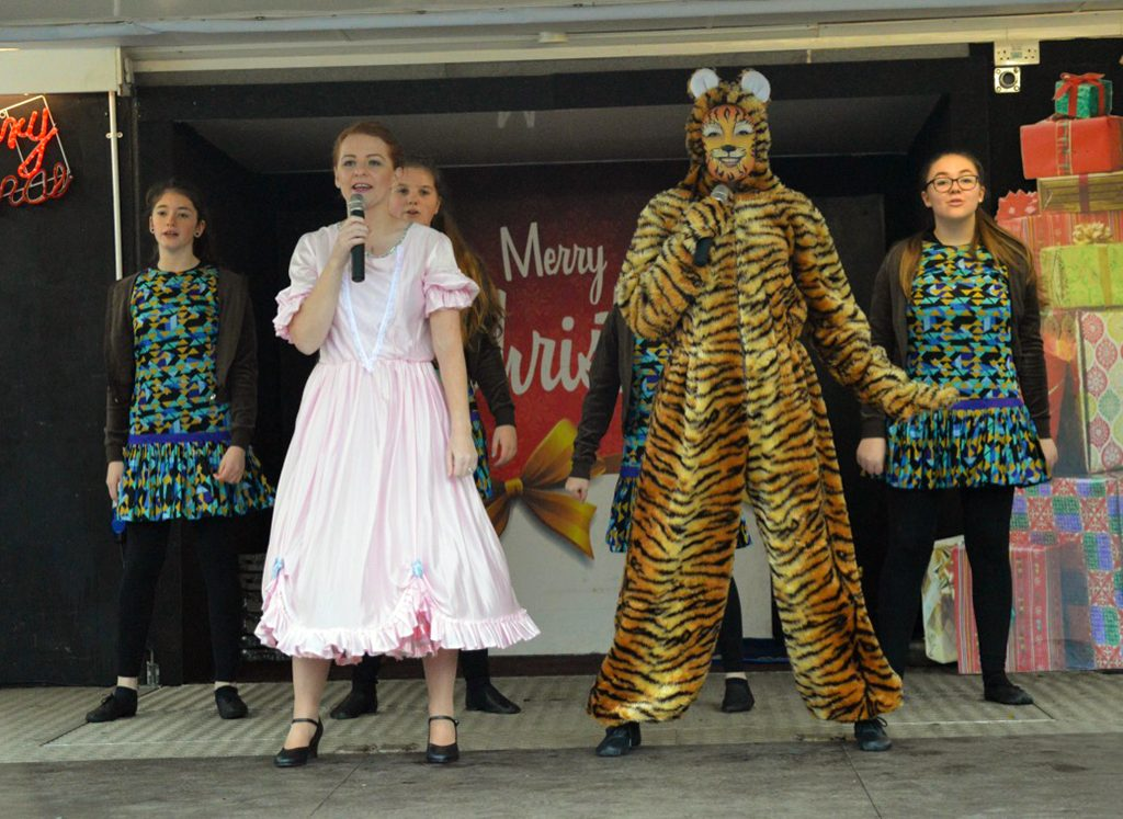 Beauty and the Beast's Beauty, Can Khan the tiger and junior chorus perform on stage